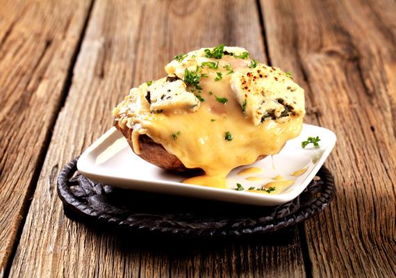 Sajttal töltött egyben sült krumpli                         A sajt mellett a krumpli az örök kedvenc szinte minden háztartásban. Ha egyesíted erőiket, egy borzasztó egyszerű, mégis nagyon finom, zamatos ételt kapsz, ami bármikor jólesik. Egyszerűen főzd félkeményre a krumplit fűszeres vízben, majd középen ejts rajta egy mély vágást, és töltsd meg jó alaposan sajttal. Ennyire egyszerű étel ez, próbáld csak ki bátran, a sajt mellett pedig számtalan dolgot tehetsz még bele, itt találsz néhány ötletet.