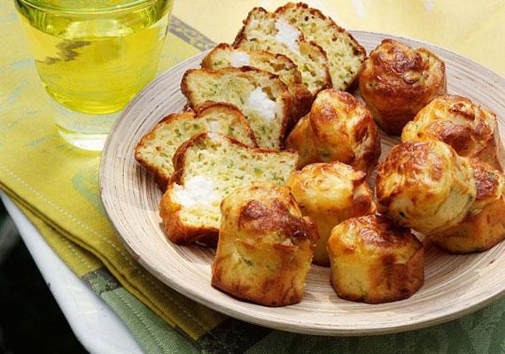 Feta sajtos pogácsaHa a hagyományos pogácsa már kissé unalmas lenne, de szívesen készítenél még puha és omlós sós-sajtos finomságot, akkor a feta sajtos megoldás lehet a befutó. A sózásra figyelj, hiszen a feta íze önmagában is elég lehet ahhoz, hogy ne kelljen hozzáadnod.