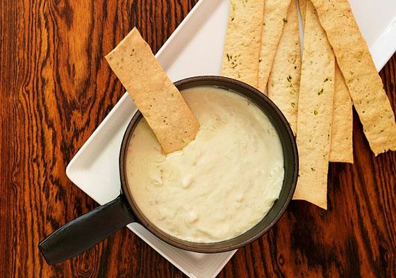 Sajtos rúdFeltehetően a pékségekben a kenyér után legjobban fogyó árucikk a sajtos rúd, amit végtelenül egyszerűen elkészíthetsz otthon is, csupán liszt kell hozzá, feleannyi vaj, egy tojás meg egy kis pohár tejföl és persze só. Ezeket mind dolgozd össze, aztán tedd félre, és mielőtt érkeznek a vendégek, formáld rúd alakúra, szórd meg jó alaposan sajttal, és süsd aranybarnára.