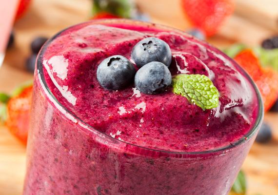 Áfonya                         Az áfonya igazi szupertáplálék, tömve fontosabbnál fontosabb vitaminokkal és ásványi anyagokkal, és a belőle készült turmix igazi íz- és látványorgia. A tápértékben gazdag gyümölcshöz jól passzol a menta, de pár gerezd almával kiegészítve is remek napindító italt alkotnak, ami mellé nem is kell reggeli.