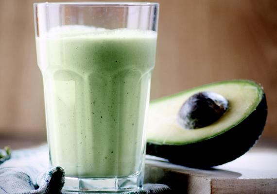 Avokádó                         Az avokádó fehérjében és természetes zsiradékokban gazdag termés, ami jót tesz a bőrnek, feltölti A-, B- és C-vitamin-raktáraidat, a belőle készített smoothie pedig segít az éhségérzet leküzdésében, így hatékonyabbá teszi a diétádat. Citrusfélékkel ízesítve a legfinomabb.