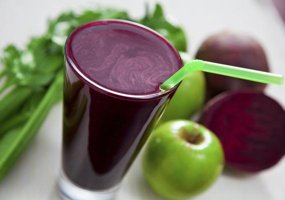 Cékla                         Az elsőre talán bizarr ötletnek hangzó céklasmoothie egyáltalán nem rossz ízű, főleg, ha szereted a jellegzetes színű zöldség enyhén földes ízét. Amennyiben nem kedveled túlságosan, almával enyhíthetsz a kellemetlen ízérzeten. Az ásványi anyagokkal és vitaminokkal gazdagon megrakott növényből készült turmix kiváló hatással lesz a szervezetedre.
