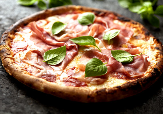 Pizza                         Mindenki kedvenc kelt tésztás étele az olaszok nemzeti fogása, ami az egész világon ismert és közkedvelt étel. A legegyszerűbb, sajtos-paradicsomos változattól az itthon oly közkedvelt alaposan megpakolt megoldásig mindenkinek van legalább egy feltét, amit különösen szeret. Az egyszerűen összedobható tésztához itt találod a legnépszerűbb feltéteket, az alapreceptet pedig itt érdemes keresned.
