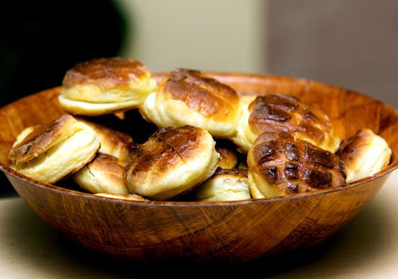 Pogácsa                         Pogácsából annyiféle recept legalább van, ahány háztartás található az országban, de jó eséllyel ennél is több. Az biztosra vehető, hogy az élesztős változatok a pogácsák királyai, hiszen nincs ennél lágyabb, omlósabb tésztájú változat. Hogy a tetejére és a tésztájába mit teszel, már csak rajtad múlik, pirított hagymával éppúgy tökéletes lesz, mint reszelt sajttal vagy tepertővel. Az alapreceptet itt találod hozzá.