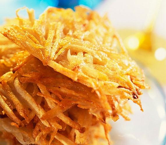 A röszti se mondható hagyományos vendégváró fogásnak, azonban ha a megszokottnál kicsit kisebb krumpliángosokat készítesz és fokhagymás tejföllel kínálod, máris azzá alakul.