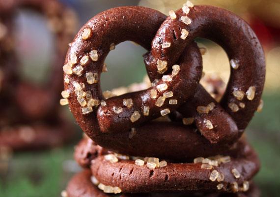 Csokis perecA jellegzetes formájú finomság a fán is nagyon jól mutat. Ez az az édesség, amiből viszonylag egyszerűen óriási adagokat készíthetsz, így biztosan jut majd a fára is. Díszítsd nagy szemű dekorcukorkával, hogy még szebb legyen! Kattints ide a receptért, amit sós helyett, édes változatban készíts el, a tészta nem változik, csak csokiba kell mártani.
