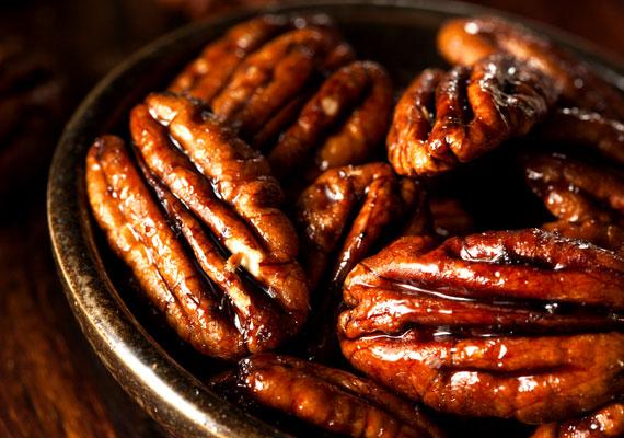 Kandírozott dió, mandula, mogyoró                         Ha igazán ropogós díszeket szeretnél, akkor mindenképpen ezt készítsd! Negyed kiló dióból már egész sok juthat majd a fára, egyszerűen mártsd őket cukorszirupba - ehhez a dió súlyával megegyező mennyiségű cukrot főzz fel 25 dekánként egy deci vízzel -, keverd bele a diót, pár percig hagyd benne, majd csepegtesd le őket, és várj, amíg megszáradnak. Ezután kösd körbe őket arany vagy ezüst cérnával. Élelmiszerfestékkel akár ezüst- vagy aranyszínűre is varázsolhatod őket.