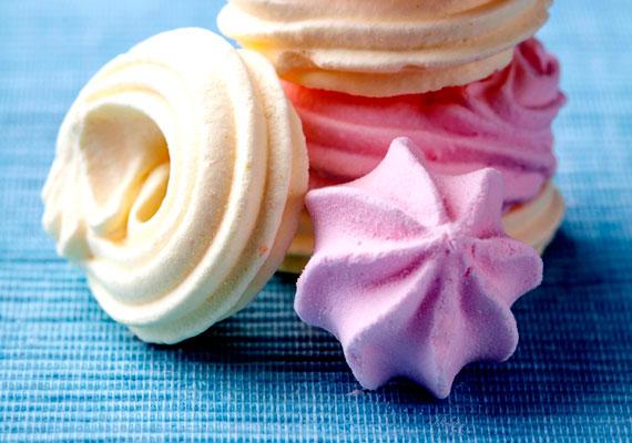 HabcsókAz egyik legismertebb dísz, ami édesség is, nem más, mint a habcsók. Ennél egyszerűbben aligha készíthetsz finomságot, csak tojáshab kell hozzá, na meg a kreativitásod, hogy minél szebb formákat süss. Ételfestékkel extra színessé teheted a habcsókokat, és így a fát is. Az egyszerű receptet itt találod.