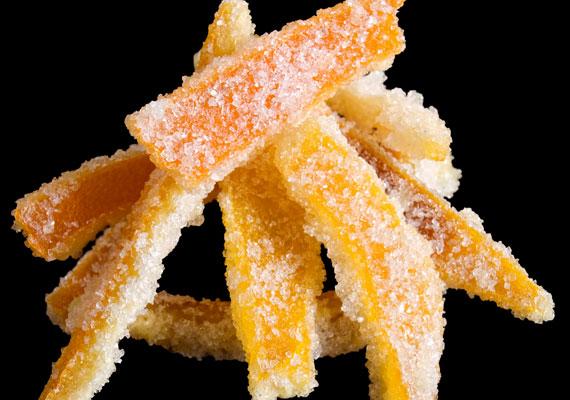 Kandírozott narancs                         Igazán illatos és látványos lesz a fád, ha kandírozott narancshéjjal díszíted. A csillogós cukorbevonattal ellátott, kissé kesernyés, de édes finomság nagyon jól mutat a fán, önmagában nem elég, de más, hasonlóan színes díszekkel gyönyörű lesz. A kész szeletkéket tűbe fűzött cérnával tedd akaszthatóvá. Így készítsd, hogy igazán finom legyen.