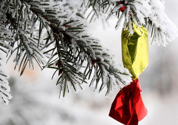Szaloncukor                         Nincs karácsony szaloncukor nélkül, egész decemberben minden bolt polcai hemzsegnek a jellegzetes édességtől, de ahelyett, hogy valamilyen bizonytalan eredetű terméket vásárolnál, inkább készítsd el otthon! Bármilyen ínycsiklandó töltelékkel megcsinálhatod, és a külsején levő mázat is variálhatod kedvedre. Itt öt ellenállhatatlan receptet is találsz hozzá!
