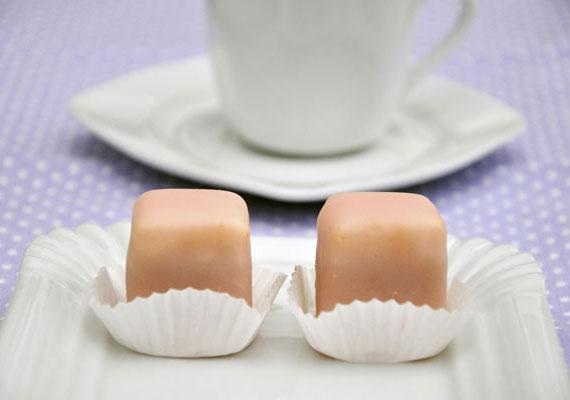 Mignon                         Az édes cukormázzal borított édességet sohasem lehet megunni, és talán ezt ritkán tudatosítjuk magunkban, de természetesen a külső máz alatt a mignon esetében is finom és könnyű piskótatészta lapul. Közé gyakorlatilag bármilyen tölteléket tölthetsz, és a külsejét is kedvedre színezheted. Hogy ilyen szép legyen, kövesd a recept utasításait!