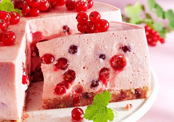 Ribizli nélkül nem is igazi egy nyár, a fanyar és nagyon mutatós gyümölccsel a legjobb, amit tehetsz - ha nem eszed meg egyből, miután leszedted - az, ha túrós krémbe csomagolva, édes tortalapra kenve fogyasztod, illetve kínálod vendégeidnek.