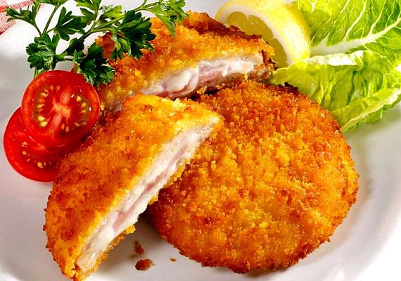 Cordon bleuNincs étel, aminek a nevét ennyiszer értették félre és írták le rosszul, mint a jobb sorsra érdemes cordon bleu-ét. A legendás kék szalagról elnevezett frissen sült fogás akkor a legjobb, ha nem sajnálod belőle a minőségi alapanyagot, és tölteléknek jó sajtot és sonkát választasz. A fagyasztott változatokkal nem érdemes próbálkozni, ha cordon bleu-t szeretnél az asztalra varázsolni, akkor bizony neked kell elkészíteni. Ez a recept segít majd ebben.