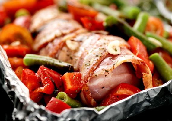 Göngyölt húsA menzákon találkozik talán először az ember a göngyölt hús műfajával, aztán jobb esetben ez nem veszi el egy életre a kedvét ettől az egyébként szenzációsra készíthető fogástól. A változatosan készíthető ételt mindenki az ízlése szerint variálhatja és biztosan zamatosra, ízletesre sütheti. Négy különböző megoldást is találsz a göngyölt húsra itt!