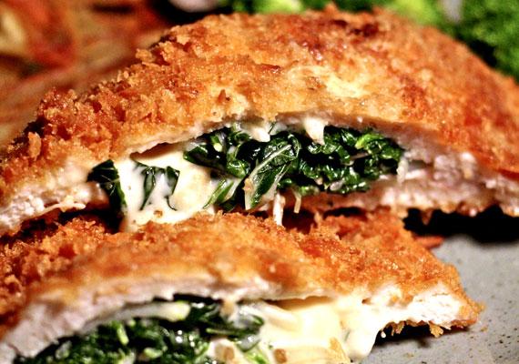 Kijevi csirkemellA cordon bleu után valószínűleg a második legkedveltebb töltött, rántott étel a Kárpát-medencében a kijevi csirkemell. A vajas-fokhagymás-zöldfűszeres töltelékkel megáldott finomságot idehaza szinte mindenhol kiegészítik némi sajtos töltelékkel is, annak ellenére, hogy az eredeti változatban szó sincs ilyesmiről. A sajtmentes klasszikus receptet itt találod.