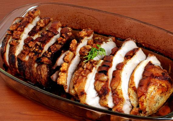 Kolbásszal töltött karajMinden töltött fogások legegyszerűbbike a kolbászos karaj, ami annak ellenére, hogy a társaihoz képest mindenképpen egyszerűen készíthető, zseniális fogás. Akkor lesz igazán finom, ha nem spórolsz a kolbásszal, és valami ízletes darabot töltesz bele. Ha jóban vagy a hentessel - ha nem, akkor is -, kérd meg, hogy szúrja fel a húst, így neked otthon már csak a sütőt kell bekapcsolnod. Az elronthatatlan receptet itt találod.