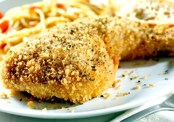 Töltött, rántott csirkecombA vasárnapi ebédek emblematikus fogása a rántott dobverő, azaz az alsócomb. Ha szeretnéd egy kicsit különlegesebbé varázsolni a megszokott és közkedvelt ételt, töltsd meg füstölt sajttal, esetleg májas töltelékkel, és úgy panírozd, majd süsd ki, hidd el, mindenki örülni fog neki! A sütésnél figyelj az olaj hőmérsékletére, ha túl forró, akkor kívül ugyan szép lesz a hús, de belül nyers marad. A sajtos változat receptjét itt találod.