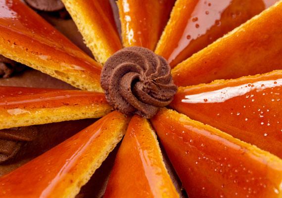 DobostortaDobos József a hazai cukrászat emblematikus figurája, a róla elnevezett édességről pedig mindenkinek Magyarország és az itteni cukrászdák, kávézók ugranak be. A roppanós, karamellizált lapok alatt megbúvó réteges sütemény igazi klasszikus, ami a legborongósabb napot is bearanyozza.