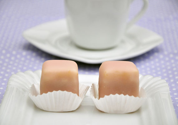 Mignon                         Az eredetileg kis kedvencet jelentő szóról mindenkinek a cukrászdák üvegei mögött látható apró édességek jutnak eszébe, és valószínűleg sokaknak valóban a kis kedvence a piskótatésztából és édes mázból készülő sütemény. Az 1870-es évek óta szeretjük és fogyasztjuk végtelen lelkesedéssel, és jó eséllyel unokáink is enni fogják.
