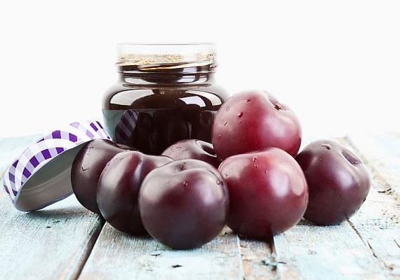 Szilvalekvár                         Ha a gyümölcsök felhasználásáról beszélünk, nem lehet nem említeni a lekvárt. Nincs ez másképp a szilva esetében sem, szezononként legalább egyszer, legalább néhány üveggel muszáj eltenni ebből a finomságból, hogy a leghidegebb tél közepén is bármikor elővehesd, hogy falj belőle néhány kanállal.