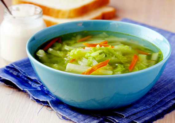 Kelkáposztaleves                         A korai éveiben az ember általában messziről elkerüli a kelkáposztát, legfeljebb akkor találkozik vele, amikor nagyon muszáj, de azért akkor sem feltétlenül fogyasztja szívesen. Aztán az évek múlásával mindenki rájön, hogy ebből a zöldségből isteni finom ételek készíthetőek, például egy tányérnyi forró, zöldségekkel jól megpakolt, majdhogynem nullkalóriás leves is. Így készül a fehérkáposztás változat, de a kelből is ugyanígy varázsolhatsz finom ebédet.