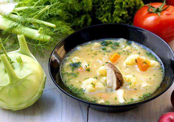 Karalábéleves                         A tavasz a karalábé szezonja is egyben. Az igazán csak levesekben használt zöldség nagyon hasznos táplálék, a belőle készült kicsit édeskés leves pedig egyszerű, de nagyszerű étel. Gombával és persze sok zöldséggel együtt főzve a legjobb, de bátran kísérletezhetsz más belevalókkal is, a karalábé íze jól működik sok mindennel, a kilókat pedig inkább fogyasztja, mint növelné. Ezzel a recepttel biztosan jól sikerül majd.