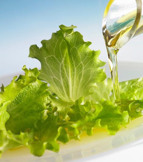 Olívaolaj  Szinte minden salátának elengedhetetlen összetevője. Egészséges zsírsavai elősegítik a fogyást és rendben tartják a szívet. Vegyítheted balzsamecettel is, ha pikáns ízekre vágysz, de magában is tökéletes dresszing.  Kapcsolódó cikk:  Az eredeti Cézár-saláta receptje »