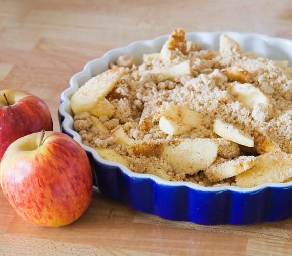 A legegyszerűbb dolgok gyakran a legjobbak is egyben, ilyen a morzsasüti, amit így tél idején almával és fahéjjal érdemes készítened, ezek biztos vannak a konyhádban, ahogy a többi összetevő sem jelenthet problémát.