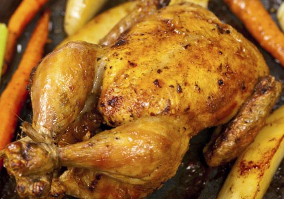 Egyben sült csirkeAz örök klasszikus, ha tepsiben sült fogásról van szó, ha ügyes vagy, szaftos és omlós lesz a végeredmény, ami szinte bármilyen körettel remekül működik, és amire senki sem mond nemet, egészen biztosan.