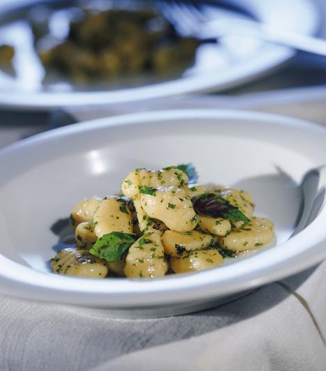 GnocchiA krumpli alapú tészta nagyon hasonlít a mi nudlinkra, csak egy kicsit könnyebb. Elkészíteni ugyan munkás, de igazán megéri a fáradságot.Kapcsolódó cikk:Így készül a gnocchi »