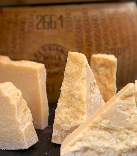 ParmezánA sajt - leginkább parmezán - kötelező a tészták tetejére. Nem kell belőle sok, hiszen az íze erős. Ne köss kompromisszumot, és vegyél egészben valódi olasz parmezánt, ne az előre őröltet.