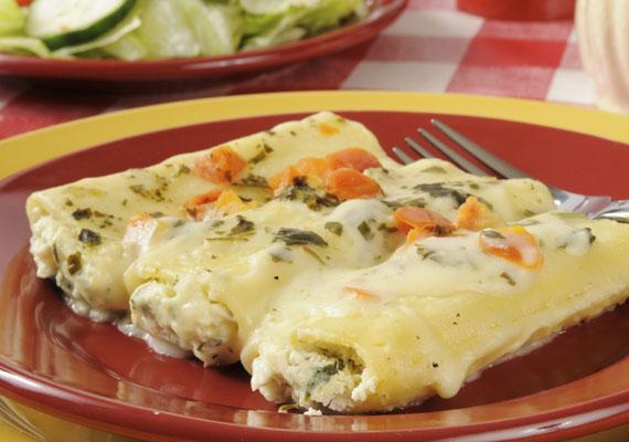 Csirkés-zöldséges canelloni                         A bármilyen töltelékkel megtölthető, nagy csőtésztából igazán könnyen különleges ételt varázsolhatsz,amit egyszerűbb készíteni, mint gondolnád: szimplán csak készítsd el a tölteléket, adagold a csövekbe, aztán a sütő a többit már elintézi.