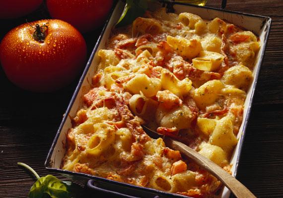 Sonkás tészta                         A sajtos makaróni sonkás változata, amihez szintén nem szükséges Bocuse d'Or fődíjas szakácsnak lenned, elég az is, ha van otthon tűzhelyed. Ha ez lesz a vacsora, érdemes jó minőségű sonkát választanod hozzá, hogy ne csak laktató, hanem ízletes fogás is legyen, ami élményt is nyújt.