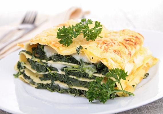 Spenótos lasagneLágy, omlós tésztalapok, ízletes besamel és enyhén fokhagymás, zamatos spenót, mindez pirult sajtréteg alatt, ez nem más, mint a spenótos lasagne, amire képtelenség nemet mondani. Ha nem szereted Popeye kedvenc zöldségét, ilyen formában biztosan megkedveled majd!