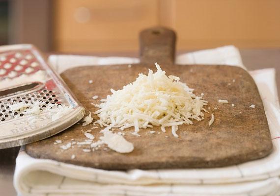 A sajt                         Az elmaradhatatlan hozzávaló, ami nélkül tésztaételt nemigen fogyaszt senki. Ugyan itthon kevésbé elterjedt, és a jó minőségű nem is olcsó, mégis érdemes beszerezned egy kis friss - nem a boltok polcain előre reszelt fűrészpor verziót! - parmezánt, és azzal ízesíteni kedvenc tésztádat, sokkal zamatosabb lesz tőle.