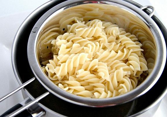 Szűrés                         Ha már megfelelő az állag, vedd elő a kedvenc tésztaszűrődet, majd szűrd le a tésztát, nem kell utána hideg víz alá tenned vagy bármilyen hasonló trükkhöz folyamodnod, az olajat is a polcon hagyhatod, egyszerűen csak engedd át rajta a főzővizet, és kész.