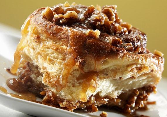 A kész süteményAmint elkészült a remekmű, már tálalhatod is, a még forró süteménynél kevés nagyszerűbb élmény van, de azért kihűlve is el lehet fogyasztani, nagy duzzogva.