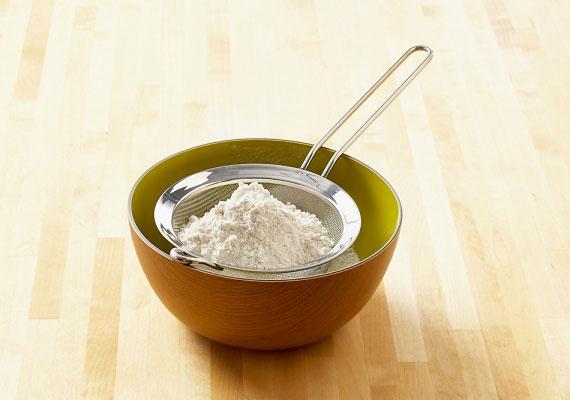 A liszt                         A másik alapanyag, amire biztosan szükséged lesz a kelt tésztádhoz, az a liszt. Ha kenyeret sütsz, akkor többféle is számításba jöhet, ahogyan süteménykészítésnél is, csak arra ügyelj, hogy tartsd be a megfelelő arányokat. Mielőtt bármihez hozzáfogsz, érdemes a lisztet átszitálni, ettől a kész tészta állaga jobb lesz.