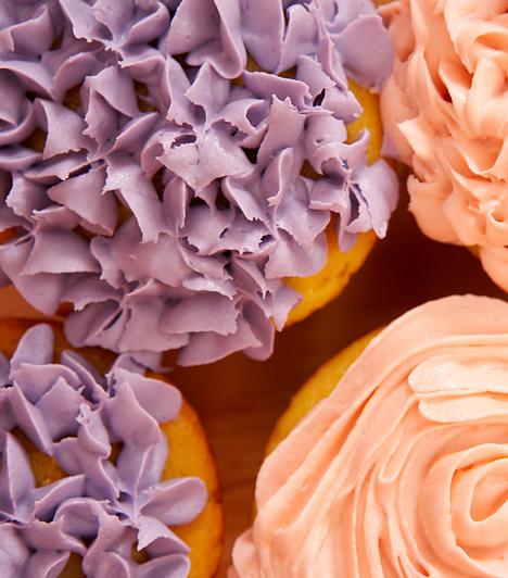 DíszítésBár a süteményt elsősorban az íze miatt készíted, és senki nem utasítja vissza, ha magában tálalod fel, különleges alkalmakkor nyugodtan elengedheted a fantáziád. Egy papírból kivágott forma és némi kakaópor máris feldobja az egyszerű piskótát.