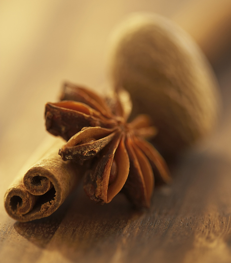 FűszerekNemcsak sós ételeket lehet fűszerezni, de a süteményekbe is elkél egy kis ízesítő. A legtöbbször fahéjat, ánizst és szegfűszeget használnak, de a chili például tökéletes párja a csokoládénak.Kapcsolódó cikk:A tökéletes forró csokoládé receptje »