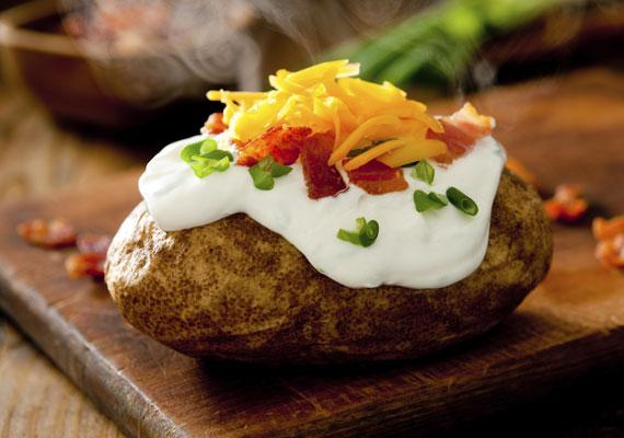 Gazdagon megpakolvaA töltött krumpli akkor igazán jó, ha jó alaposan meg van pakolva. Két módon is elkészítheted ezt a változatot, az egyik az, ha a félig megfőtt krumplit megtöltöd a kedvenc belevalóiddal, és együtt megsütöd őket, vagy lehet úgy is, hogy a krumplit külön megsütöd, a belevalókat pedig - amit szükséges - külön megpirítod, és csak akkor töltöd meg velük a burgonyát, amikor az kész van. Mindkét változat lehet isteni finom, próbáld ki őket bátran!