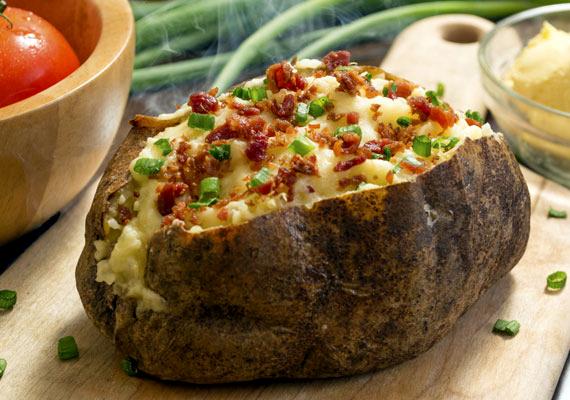 Pirított szalonnával                         Szaftosabb és ízletesebb krumpli talán nincs is, mint ez a változat. A félig megfőtt krumplit töltsd meg némi sajttal és zöldfűszerekkel, a tetejére pedig halmozz apróra kockázott húsos szalonnát, és hagyd, hogy ez a sütőben szépen rápiruljon. A szalonnából kiolvasztott zsír a krumpli minden rétegébe eljut, és igazán zamatos fogást varázsol belőle.