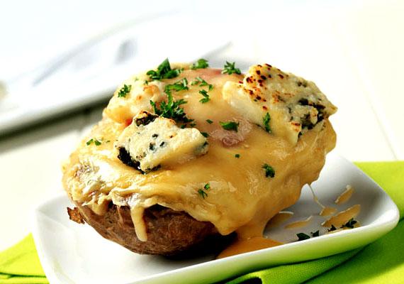 Sajtos-gombás változatKevés szebb látvány fogadhat a vacsoraasztalon, mint egy jól átsült krumpli, temérdek olvadt sajttal a tetején, a sajtos réteg alatt fűszeres gombákat rejtve. A gombát főzd meg külön, a krumplikat héjastul főzd félkeményre, majd ha minden készen áll, egyesítsd erőiket, és szórd meg jó sok ízletes sajttal, a legjobb, ha kapsz valahol igazi cheddart hozzá, ami kicsit drágább ugyan, de látványra és ízre feledhetetlen élményt nyújt.