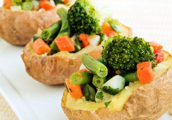 Párolt zöldségekkelHa egy igazán finom, húsmentes vacsorára vágysz, ezt érdemes készítened! A félig megfőzött krumplit vágd be a tetején, halmozd bele a kedvenc zöldségeidet, minden kupacra tégy egy kis vajat, sózd és borsozd kedvedre, és már mehet is a sütőbe. Amikor a vaj már elolvadt és mindenki egy kicsit megpirult, kész is van. Tejföllel leöntve lesz az igazi!