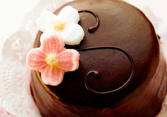 Sacher-tortaAz ifjú cukrász nagy dobása, vagy valami ehhez hasonló lehetne az alcíme Franz Sacher életrajzi filmjének, hiszen valóban ifjú cukrász - 16 éves - volt, amikor megalkotta élete főművét, a csokoládés-baracklekváros tortát. Szerencsére nem kell Bécsig elmenned, ha ki szeretnéd próbálni ezt a finom desszertet, hiszen egyrészt biztosan kapható a legközelebbi cukrászdában, másrészt otthon is összerakhatod.
