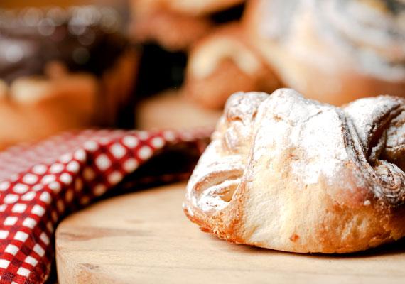 Túrós batyuMindenki kedvenc péksüteményét otthonodban is elkészítheted, kell ugyan hozzá némi idő, de a végeredmény megéri a fáradságot, és az egész család jóllakik nagyjából akkora ráfordítással, amiből két batyut tudnál venni. Az édes túrós krémet töltsd a lágy kelt tésztába, dugd a sütőbe, és nemsokára kész a frissen sült, ropogós édesség. Ez alapján a recept alapján biztosan sikerülni fog.