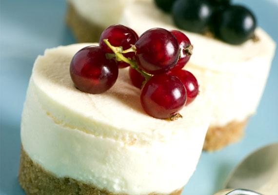 Gyümölcsös túrótortaA téli időszakban friss gyümölcsöt nehéz beszerezni, azonban a nagyobb áruházak polcain mindig találhatsz friss bogyós gyümölcsöket, amik különösen jól állnak ennek az édességnek. A tortát készítheted egy nagy egésznek, vagy sütheted a képen látható módon, látványos falatkáknak. Itt egy egyszerű recept hozzá.