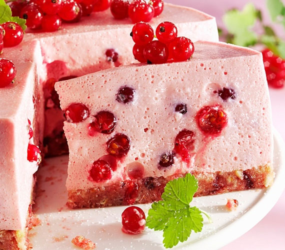 A könnyed, habos gyümölcsös túró némi piskótaalapra rétegelve igazi nyári édességet eredményez, amiből jobb, ha egyszerre többet is készítesz, mert képtelenség neki ellenállni!