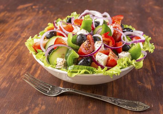 Görög saláta                         A friss zöldségekkel teletömött salátában még pár kocka - igazi! - feta sajt is elfér, attól még ugyanúgy könnyű vacsora marad. A mellé fogyasztott kenyeret viszont el kell felejtened, élvezd a zöldségek és a fűszerek ellenállhatatlan ízét, nem kell melléjük semmi más. A receptet itt találod, ízlésed szerint variálhatod.