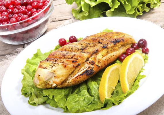 Grillezett csirkemell                         Ha kevés - vagy inkább nulla - zsiradékkal grillezed a csirkemellet, akkor nem kell tartanod a plusz kilóktól. Illatos fűszerekkel, például citromfűvel teheted igazán ízletessé, zamatossá, mellé pedig valami nagyon egyszerű friss saláta dukál, hogy biztosan segítsen a fogyásban. Arra ügyelj, hogy ne szárítsd ki, ehhez a legjobb, ha tejben vagy citromos vízben áztatod, mielőtt elkészíted. A citromfüves receptet itt találod.